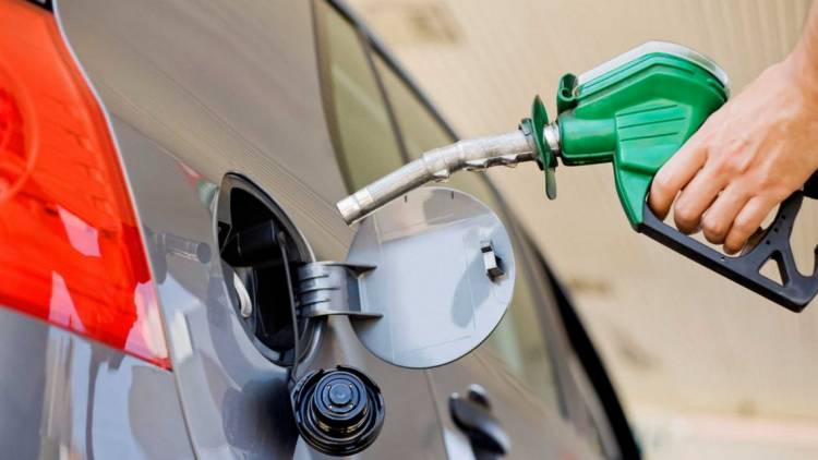 LARGAS COLAS EN LAS ESTACIONES DE SERVICIO, EL GOBIERNO AUTORIZÓ UNA SUBA DEL 5% EN NAFTAS Y GASOIL: SERÁ DESDE ESTE VIERNES