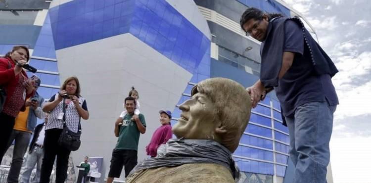 ROMPEN A MARTILLAZOS UN BUSTO DE EVO MORALES Y LO RETIRAN DE UN POLIDEPORTIVO EN BOLIVIA