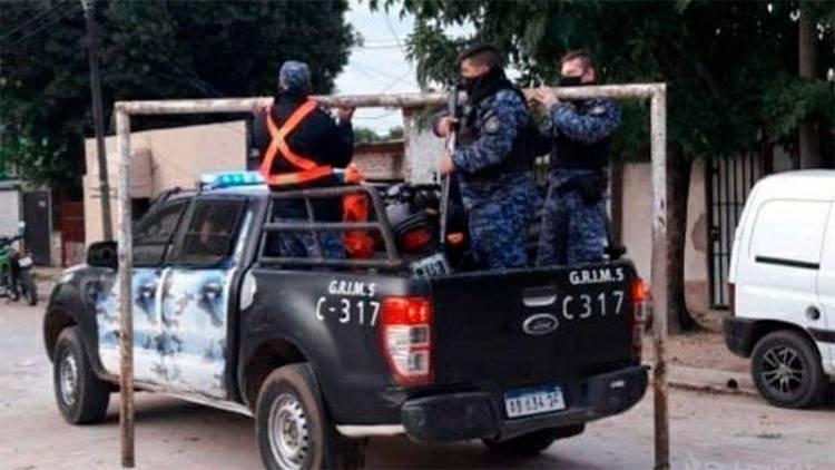 INSÓLITO OPERATIVO EN CORRIENTES: POLICÍAS SECUESTRARON UN ARCO PARA FRENAR LOS PARTIDOS DE FÚTBOL EN UNA CANCHITA